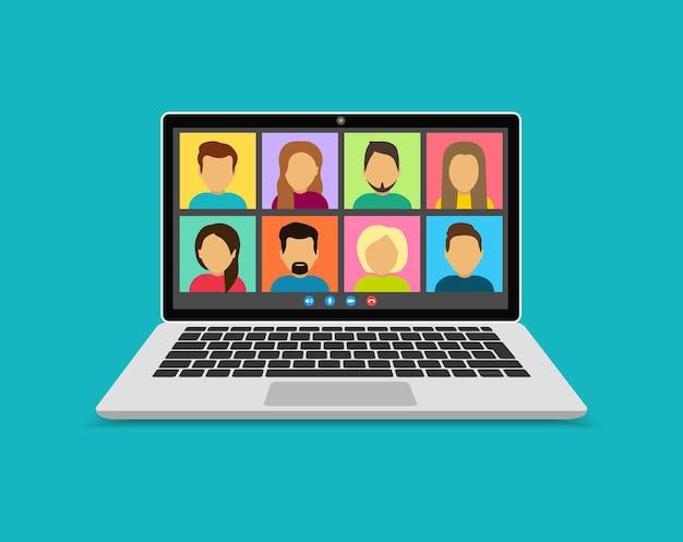 Wideokonferencja z grupą ludzi na ekranie laptopa. koledzy rozmawiają ze sobą na ekranie komputera. konferencyjne połączenie wideo, praca z domu. konferencja online. komunikacja rodzinna na odległość.