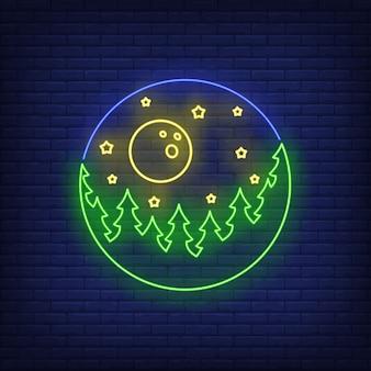 Widok przez teleskop z lasem, gwiazdami i księżycowym neonowym znakiem