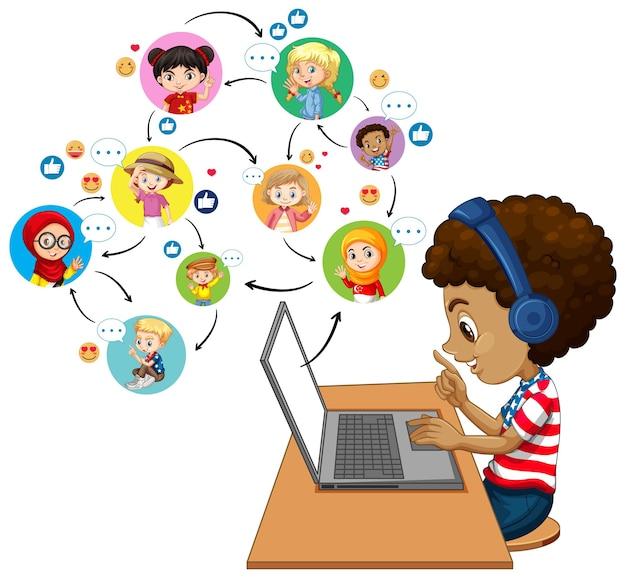 Widok z boku chłopca za pomocą laptopa do komunikowania się wideokonferencji z nauczycielem i przyjaciółmi na białym tle