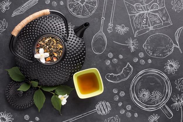 Widok z góry dzbanek do herbaty z naparem organicznym