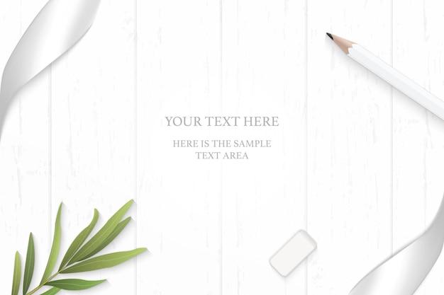 Widok z góry elegancka biała kompozycja srebrna wstążka ołówek liść estragonu i gumka na tle drewnianej podłogi.