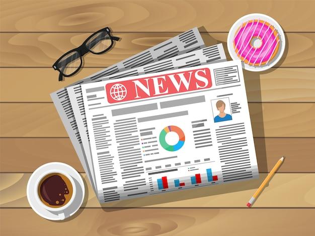 Widok z góry gazety z kawą i pączkiem