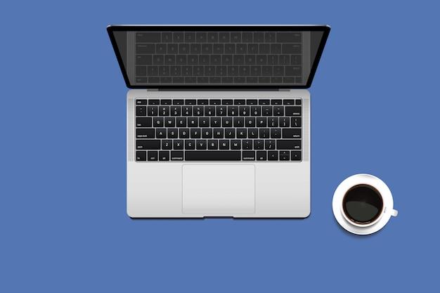 Widok z góry minimalnej przestrzeni roboczej z laptopem i kawą