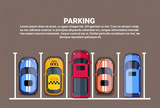 Widok z góry na parkingi miejskie z zestawem różnych samochodów