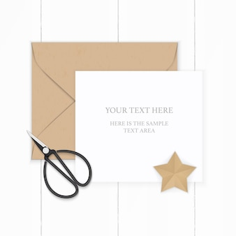 Widok z góry na płasko świeci elegancka biała kompozycja papieru brązowa koperta kraft w kształcie gwiazdy i metalowe nożyczki vintage na drewnianym tle