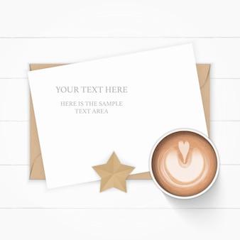 Widok z góry na płasko świeci elegancka biała kompozycja papieru kraft koperta w kształcie gwiazdy i kawa na drewnianym tle.