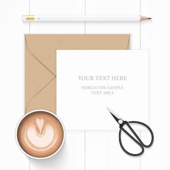 Widok z góry na płasko świeci elegancki biały papier kompozycja brązowy koperta kraft ołówek kawa i metalowe nożyczki vintage na drewnianym tle.