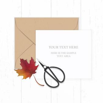 Widok z góry na płasko świeckich elegancka biała kompozycja papieru brązowa koperta kraft jesień czerwony liść klonu i metalowe nożyczki vintage na drewnianym tle.