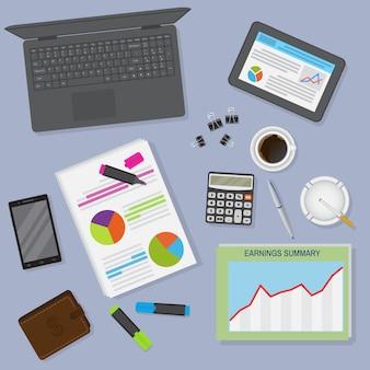 Widok z góry organizacja obszaru roboczego biurowego stołu, w tym laptopa, tabletu, filiżanki kawy i artykułów piśmiennych.