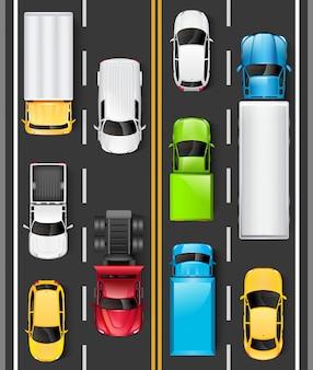 Widok z góry samochodów i ciężarówek na drodze. samochody jeżdżą po autostradzie. ruch na drodze. ilustracja