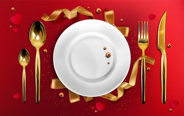 Widok z góry złote sztućce i talerz, świąteczna kolacja złoty widelec, łyżka i nóż na czerwonym obrusie ze wstążkami, perłami i brokatem, ceramiczne naczynie świąteczne na boże narodzenie realistyczna ilustracja 3d
