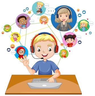 Widok z przodu chłopca za pomocą laptopa do komunikowania się wideokonferencji z nauczycielem i przyjaciółmi
