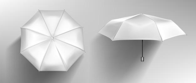 Widok z przodu i z góry na biały parasol. wektor realistyczna makieta pustego parasola z drewnianą rączką