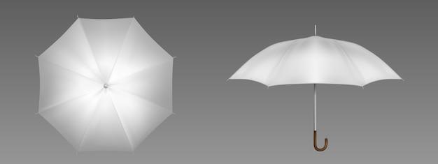 Widok z przodu iz góry na biały parasol. wektor realistyczna makieta pustego parasola z drewnianą rączką, klasycznego akcesorium do ochrony przed deszczem wiosną, jesienią lub porą monsunową