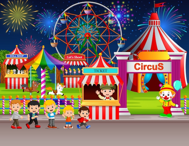 Wiele children i ludzie pracownik ma zabawę w parku rozrywki przy nocą