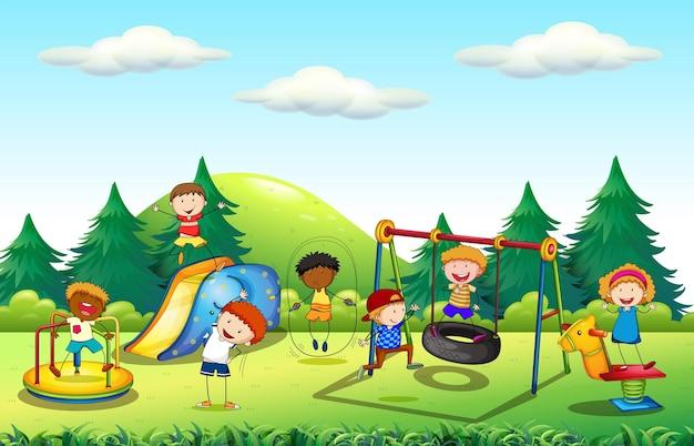 Wiele dzieci bawi się na placu zabaw