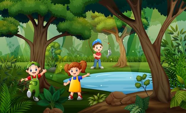Wiele dzieci ma zabawę przy dżungli ilustracją