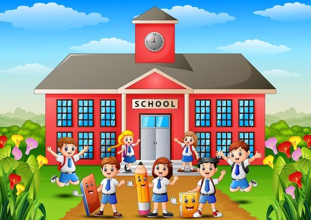 Wiele dzieci w wieku szkolnym przed budynkiem szkoły