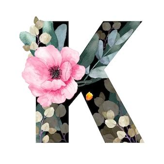 Wielka litera k kwiatowy styl. z kwiatami i liśćmi roślin.