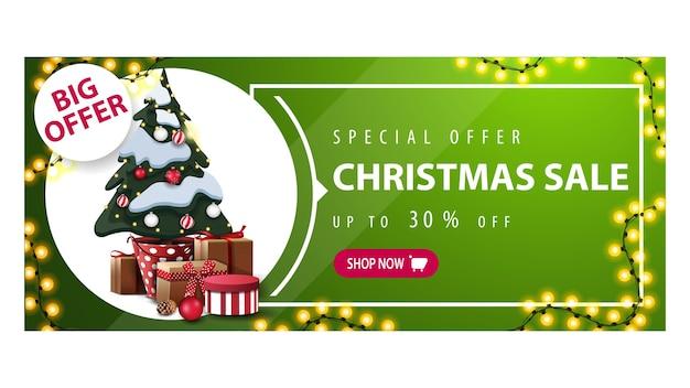 Wielka oferta, wyprzedaż świąteczna, zielony poziomy baner rabatowy z girlandą, guzikiem i choinką w doniczce z prezentami