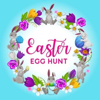 Wielkanocna ramka świąteczna, wieniec z kwiatów z zajączkami i zdobionymi jajkami
