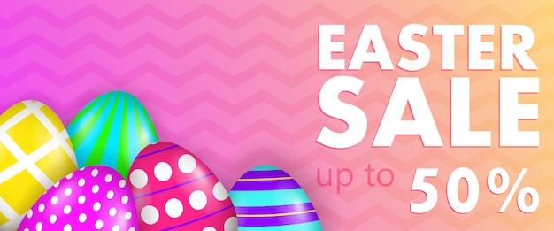 Wielkanocna sprzedaż, nawet pięćdziesiąt procent napisu z ozdobnymi jajkami