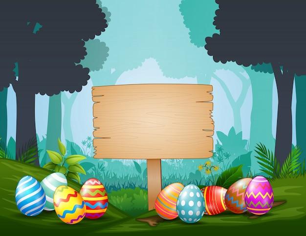 Wielkanocni jajka z drewnianym znakiem po środku ciemnego lasu
