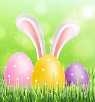 Wielkanocni kolorowi jajka na zielonej trawie