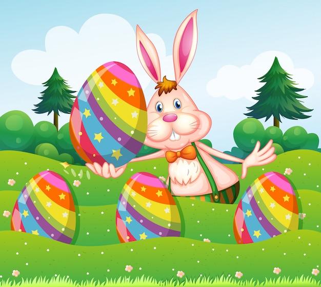 Wielkanocny królik z jajkami w ogródzie