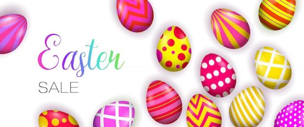Wielkanocny napis z jasnymi dekorowanymi jajkami
