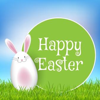 Wielkanocny tło z ślicznym królikiem w trawie