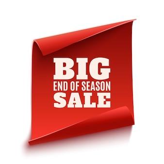 Wielki plakat wyprzedaży na koniec sezonu. czerwony, zakrzywiony, papierowy baner na białym tle.