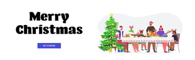 Wielopokoleniowa rodzina w czapkach świętego mikołaja o świątecznej kolacji nowy rok ferie zimowe koncepcja uroczystości na całej długości napis banner