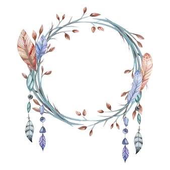 Wieniec z gałęzi i piór i koraliki na białym tle