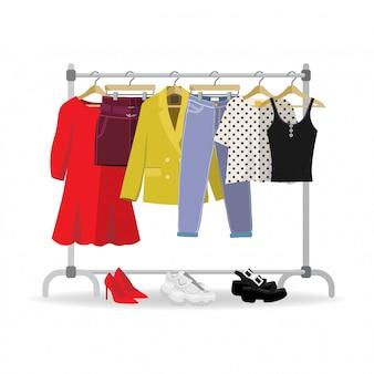Wieszak na ubrania z przypadkową odzieżą damską, obuwie