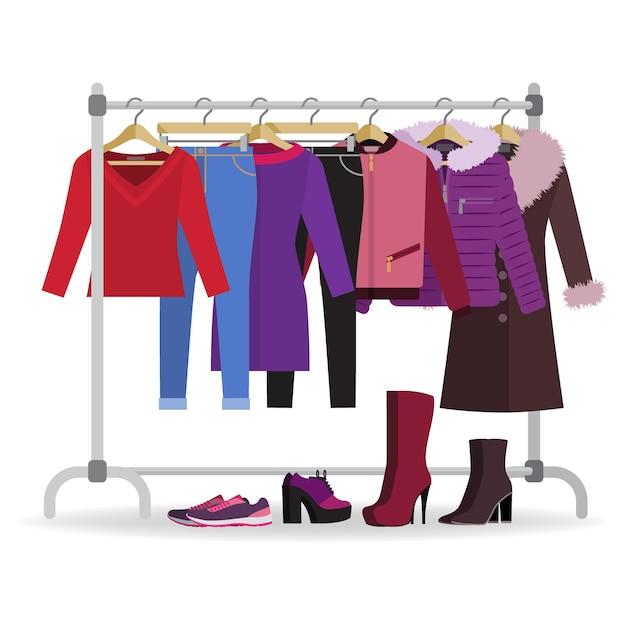 Wieszak na ubrania z różnymi ubraniami, obuwiem.