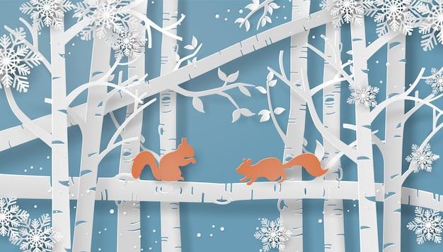 Wiewiórka wspina się na drzewo