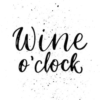 Wino o zegar - cytat wektor. pozytywne śmieszne powiedzenie na plakat w kawiarni i barze, projekt koszulki. styl kaligrafii atramentu graficzny napis wina z kroplami. ilustracja wektorowa na białym tle
