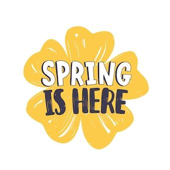 Wiosenny napis z nowoczesną czcionką kaligraficzną lub skryptem na żółty kwitnący kwiat na białym tle.