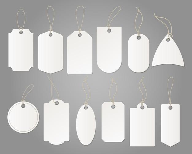 Wiszące białe etykiety sklepowe z papieru o różnych kształtach na białym tle