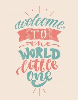 Witaj w świecie, maleńki. ręcznie rysowane przedszkole napis na kartę, druk, baby shower, wystrój.