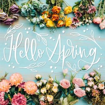 Witaj wiosenny napis z realistycznymi kwiatami