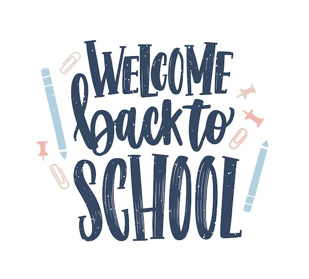 Witaj z powrotem do szkoły napis odręcznie z elegancką czcionką kaligraficzną