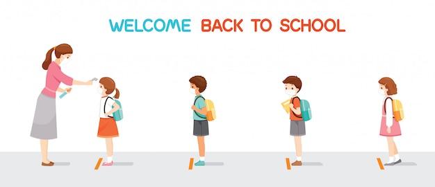 Witamy z powrotem w szkole, dzieci noszące maskę chirurgiczną z rzędu, nauczyciel mierzący temperaturę ciała ucznia przed wejściem do szkoły