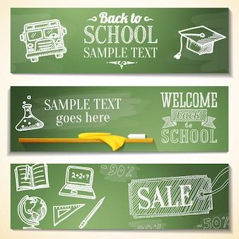 Witamy z powrotem w szkolnych wiadomościach na tablicy. rysunki - kula ziemska, notatnik, książka, czapka z daszkiem, autobus, żarówka naukowa.
