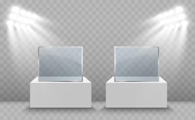 Witryna szklana na wystawę w formie sześcianu oświetlona reflektorami. szklane pudełko muzeum na białym tle reklama.