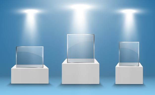 Witryna szklana na wystawę w formie sześcianu. sprzedam tło oświetlone reflektorami. szklane pudełko muzeum na białym tle reklama lub butik biznesowy. sala wystawowa.