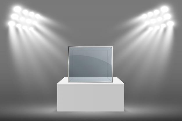 Witryna szklana na wystawę w formie sześcianu. szklane pudełko muzeum na białym tle