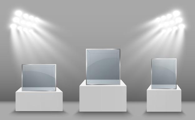 Witryna szklana na wystawę w formie sześcianu. tło do sprzedaży oświetlone reflektorami