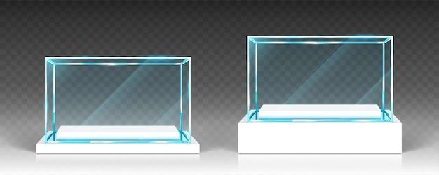 Witryny szklane, ekspozytory, stoiska ekspozycyjne, widok z przodu przezroczystych pudełek na podstawie z białego drewna lub tworzywa sztucznego. kryształowy blok, podium wystawy lub nagrody, na białym tle błyszczący obiekt, realistyczna ilustracja wektorowa 3d